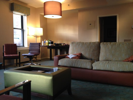 Shelburne NYC–an Affinia hotel: Suite living area