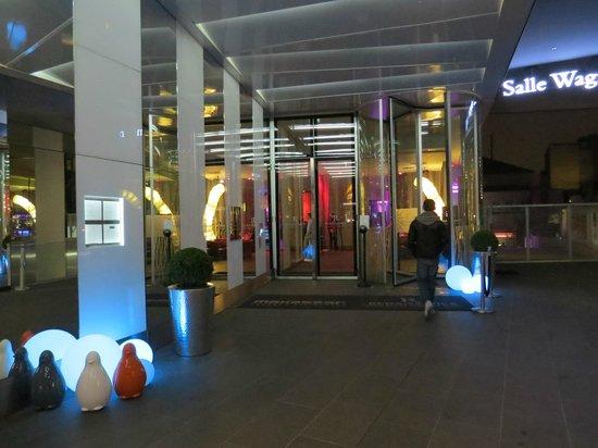 Renaissance Paris Arc de Triomphe Hotel : Hotel Entrance