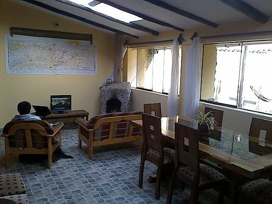 Janaxpacha Hostel: Salon con chimenea