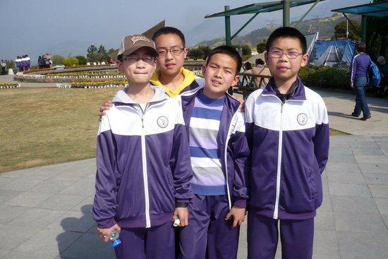 Three Gorges Dam Project: School children visiting Three Gorges Dam
