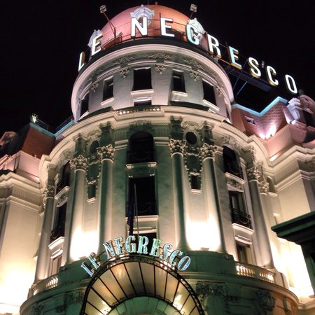 Hotel Negresco : Outside at night
