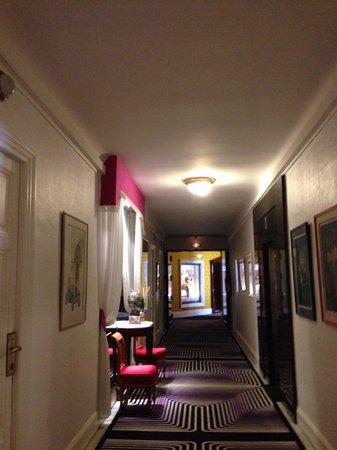 Hotel Negresco : Art in corridor