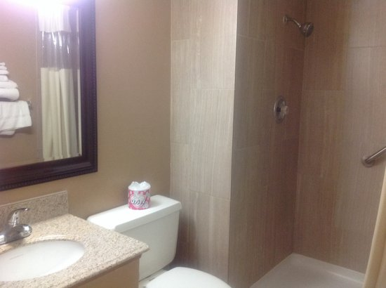 Super 8 Redlands: Bathroom