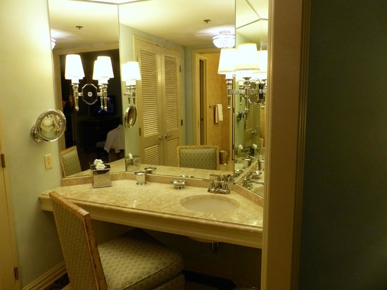 Windsor Court Hotel: Dressing room, separate from bathroom