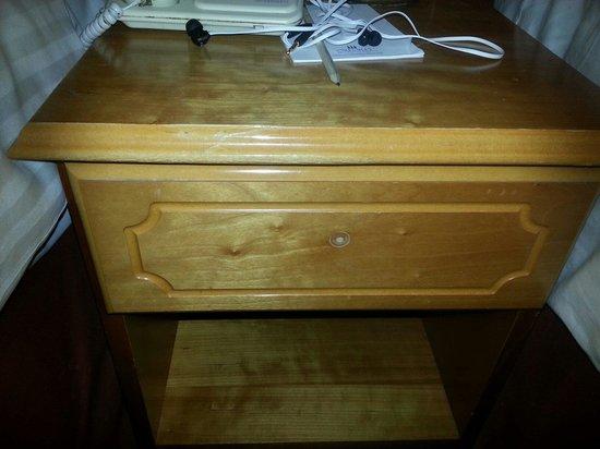 Regent Hotel: Bedside cabinet missing its handle