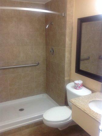 Super 8 Redlands/San Bernardino: Spacious shower