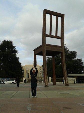 UNOG - Palais des Nations : Broken chair