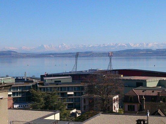 Hotel Alpes et Lac : Vista sulla Maladière, il lago, le Alpi