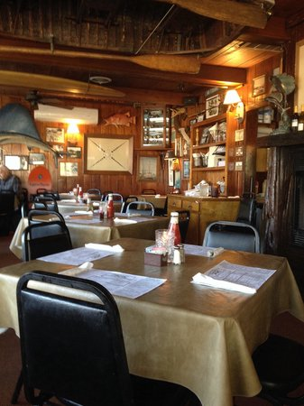 Russell's Seafood Grill: Dining room