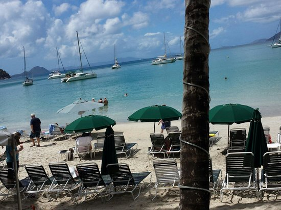 Cane Garden Bay: Barzinho com cadeiras na praia!!