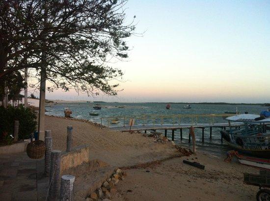 Pousada Peixe Galo : Praia/rio e o pier que dá acesso ao hotel