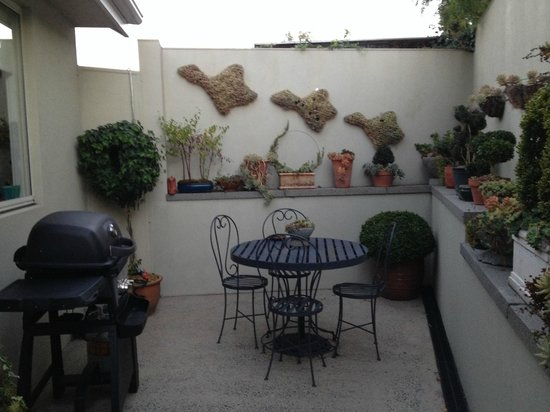 Topiary Haven : Handy outdoor area with BBQ