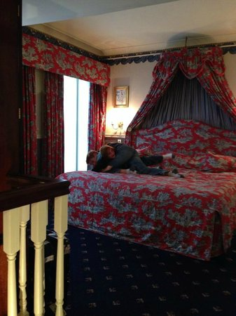 The Rubens at the Palace : Enjoying the big comfy bed!