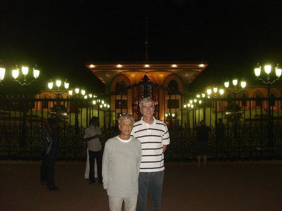 Königlicher Palast (Qaṣr al-ʿalam): Scenic lighting at Al Alam Royal Palace in Muscat