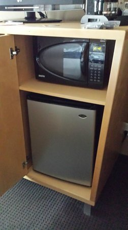Holiday Inn Express & Suites Modesto-Salida: Microwave and fridge