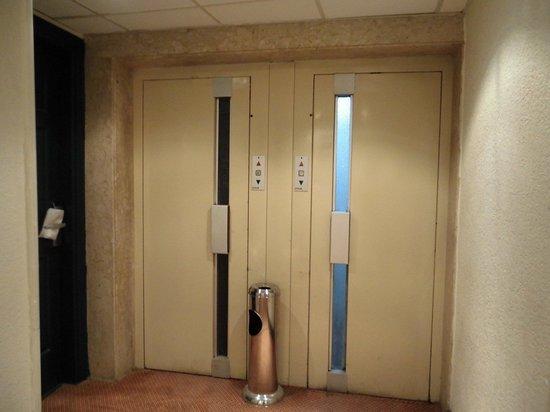 Gawharet Al Ahram Hotel: エレベーターの扉(手動)