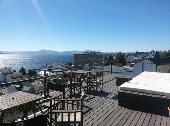 Hostel Inn Bariloche: Deck con música y vista al lago