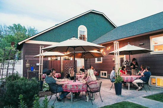 Fat Duck Inn : Our side patio, great for enjoying breakfast or a glass of wine in the evening.