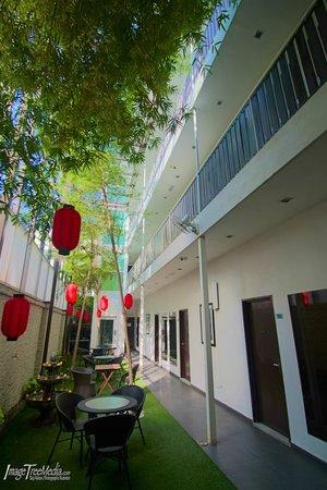 V Garden Hotel: Garden Courtyard