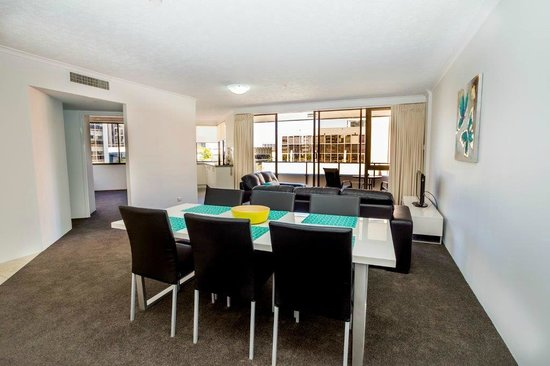 Astor Apartments Brisbane : lounge and dining area