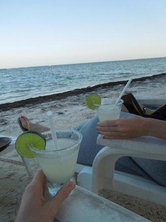 Maya Luna Restaurant: Margaritas on the beach