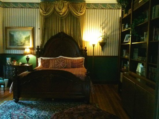 The Queen Anne Bed & Breakfast : Library room