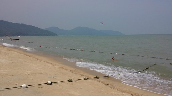 PARKROYAL Penang Resort, Malaysia: Swimming area on the beach