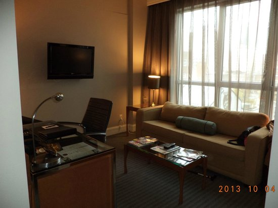 Hotel Le Crystal: The living room area with the pull-out sofa and work area & the flat screen TV