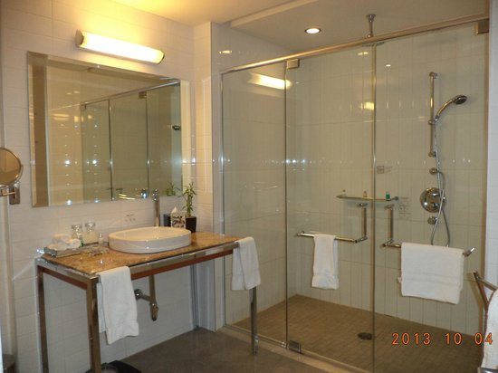 Hotel Le Crystal : The spacious bathroom and shower