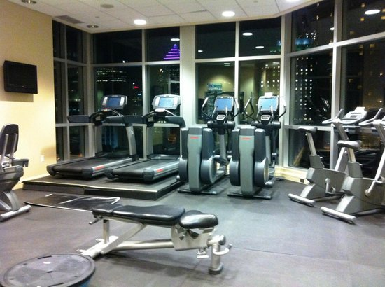 Hotel Le Crystal : The gym with a view overlooking the Montreal skyline.