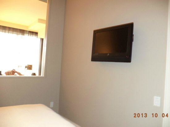 Hotel Le Crystal: The flat screen TV in the room.