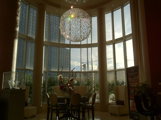 Hotel Le Crystal: The hotel lobby with one of the beautiful crystal chandelier