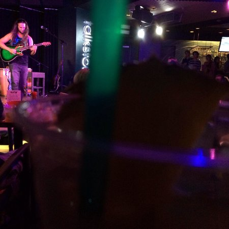 Turtle Bay Resort: Strong!! Mai Tai and live music at the Surfer.