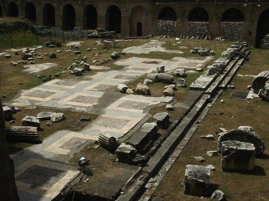 Foro di Augusto: Piso do interior do Fórum de Augusto, algumas partes em ótimo estado.