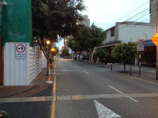 Casa Andina Select Miraflores: Rua em frente ao hotel