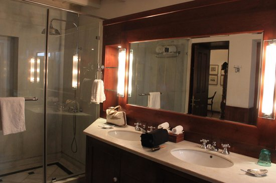 Neemrana's Le Colonial: Very nice shower & sink area.