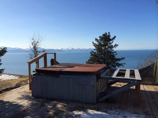 Alaskan Suites: The hot tub