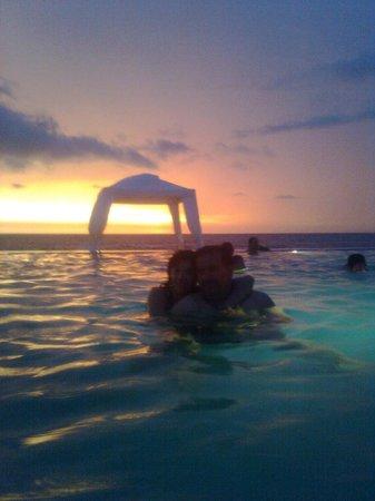 Punta Pacífico: alberca sin nada de nada una bebida un aperitivo nada