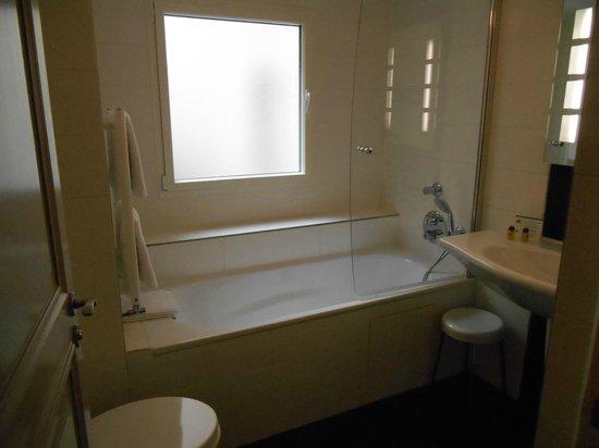 Hotel Saint Petersbourg: clean bathroom