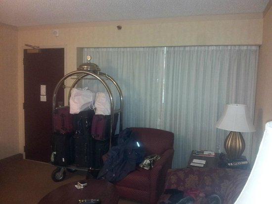 Embassy Suites by Hilton Washington D.C. Georgetown: Large window to the floor common corridor