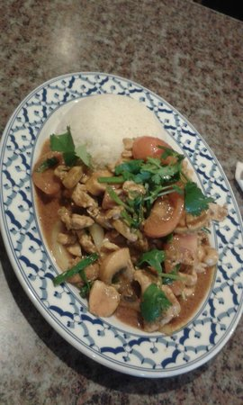 Rice Bowl Thai Cafe: Блюдо из риса, томатов, курицы, шампиньонов и кешью