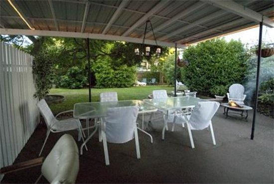 Bayside Bed and Breakfast: Covered Patio in the Backyard