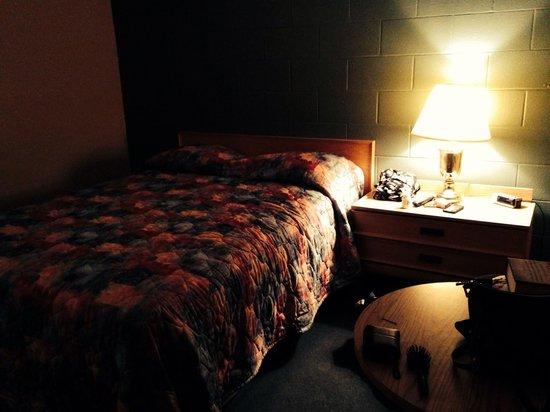 Cedar Inn Motel: Bed