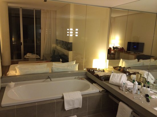 Shangri-La Hotel, The Marina, Cairns : A view from the bathroom