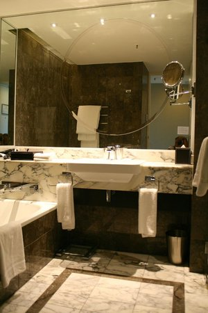 Grand Hyatt Melbourne : King View room bathroom