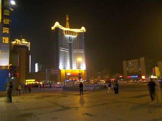 Heilongjiang Kunlun Hotel: 夜の外観・写真右手がハルビン駅