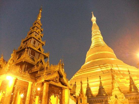 Shwedagon-Pagode: 夜のライトアップ