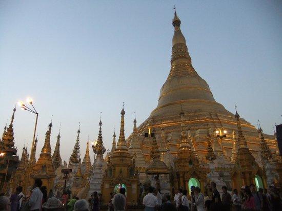 Shwedagon-Pagode: 夕暮れ時
