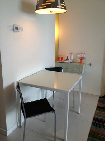 HARRIS Hotel & Conventions Kelapa Gading Jakarta: Harris Suite: Dining Table