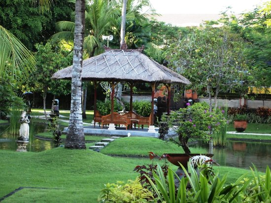 Nusa Dua Beach Hotel & Spa: Garden fronting the palace club lounge
